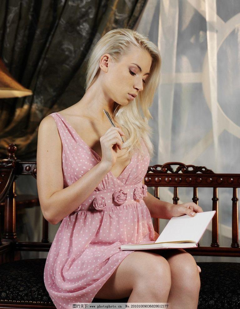 看书女人高清大图 美 欧美 长发 摄影 美丽 大方 可爱 妩媚