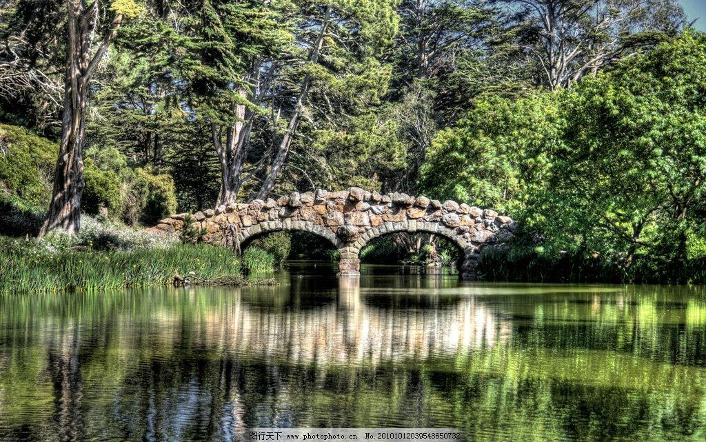 豪华农场庄园别墅里的石头拱桥图片