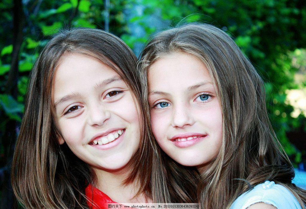 姐妹 双胞胎 女孩 小朋友 儿童 壁纸 背景 绿地 草地 欧美