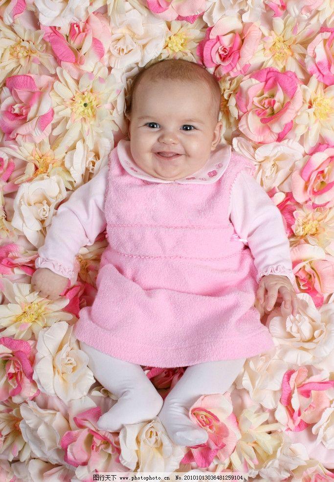 躺在鲜花中的可爱婴儿图片