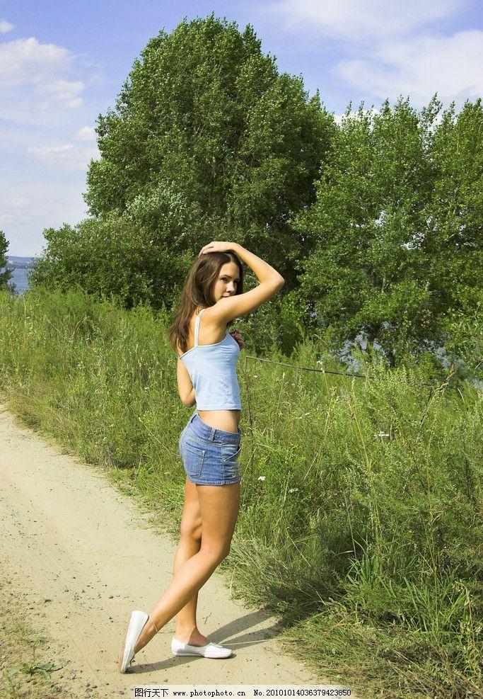 美女外拍 写真 郊外 草地 生活照 花 高清 森林 阳光 短裙
