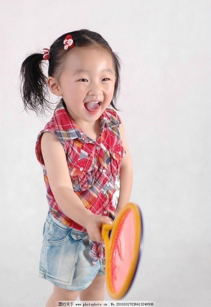天真 活泼 小女孩 女童 小姑娘 可爱小脸 两股小辫 小花头饰 漂亮童装
