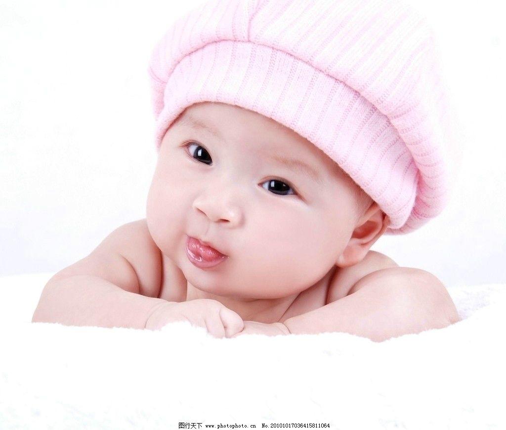 可爱的宝宝 可爱 宝宝 男宝宝 幼儿 小男孩 圆圆脸蛋 骨溜溜眼睛 藕节般手臂 肉团似的小手 水嫩的肌肤 头戴绒帽 卧趴姿势 天真无暇 惹人喜爱 可爱的下一代 儿童幼儿 人物图库 摄影 300DPI JPG