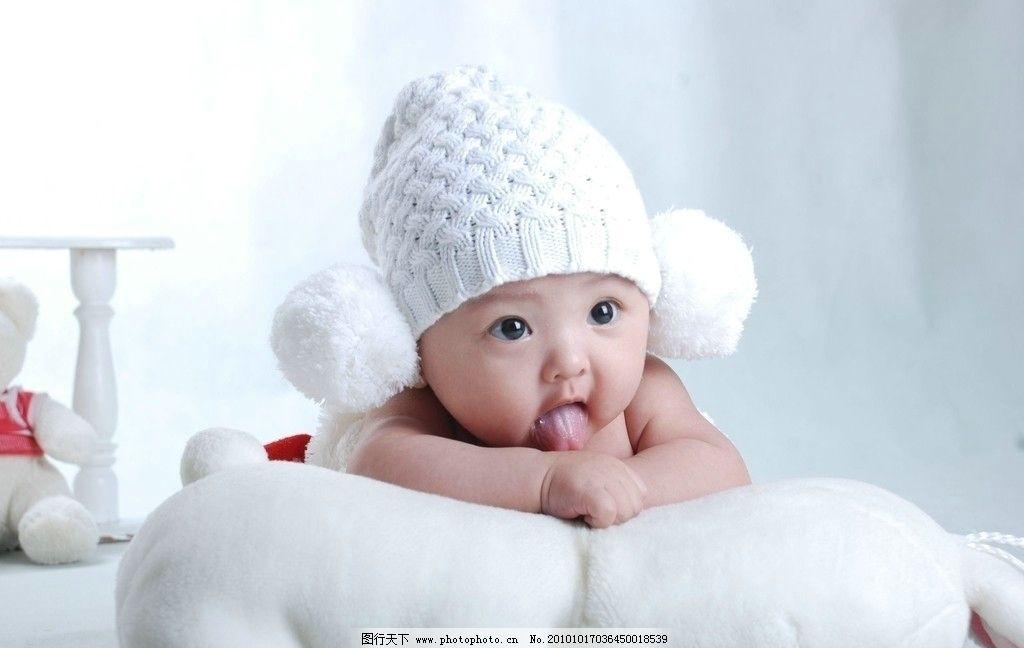 可爱小宝宝 可爱 小宝宝 女宝宝 幼儿 小女孩 圆圆脸蛋 大大眼睛 藕节手臂 肉团小手 水嫩肌肤 头戴白绒线帽 可爱的表情 天真无暇 惹人喜爱 可爱的下一代 儿童幼儿 人物图库 摄影 300DPI JPG