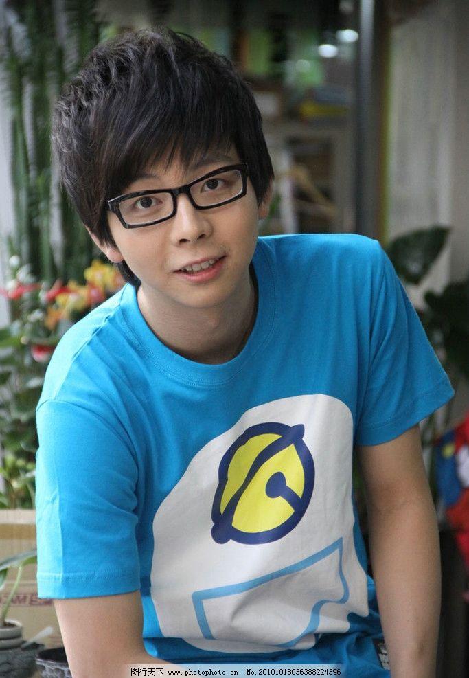 胡夏 帅哥 小可爱 可爱 眼镜男 玩偶 蓝t恤 咬指头 超级星光大道 胡夏