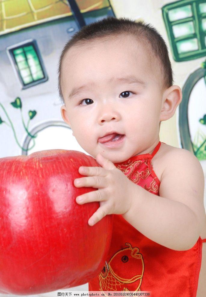 1岁男孩写真 儿童 幼儿 孩子 可爱 天真 淘气 笑 伸舌头 舔嘴
