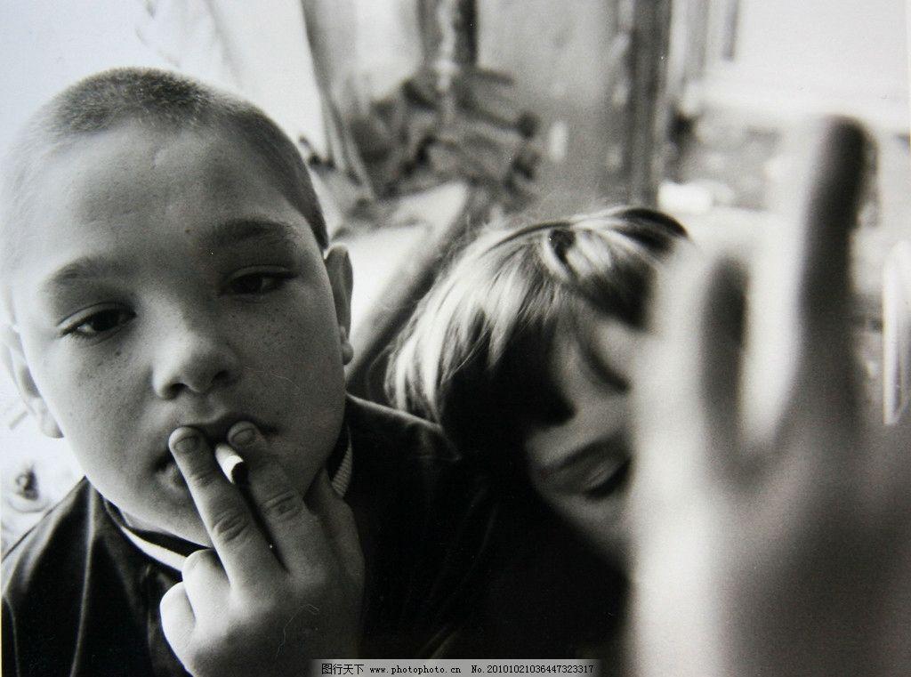 男生抽烟黑白