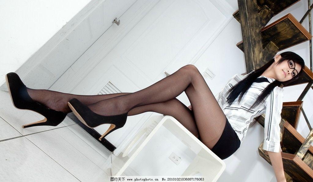长腿美女 美女 女性 东方 长发 黑发 职业装 衬衣 短裙 长腿 美腿 丝袜 曲线 修长 室内 特写 高跟 眼镜 女性女人 人物图库 摄影 300DPI JPG
