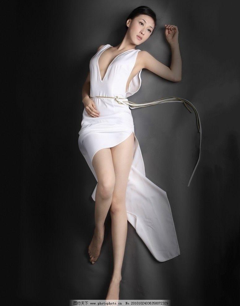 美女雨中赤脚_美女写真 白色 黄种人 冷艳 高挑 赤脚 白裙 苗条 性感 诱惑
