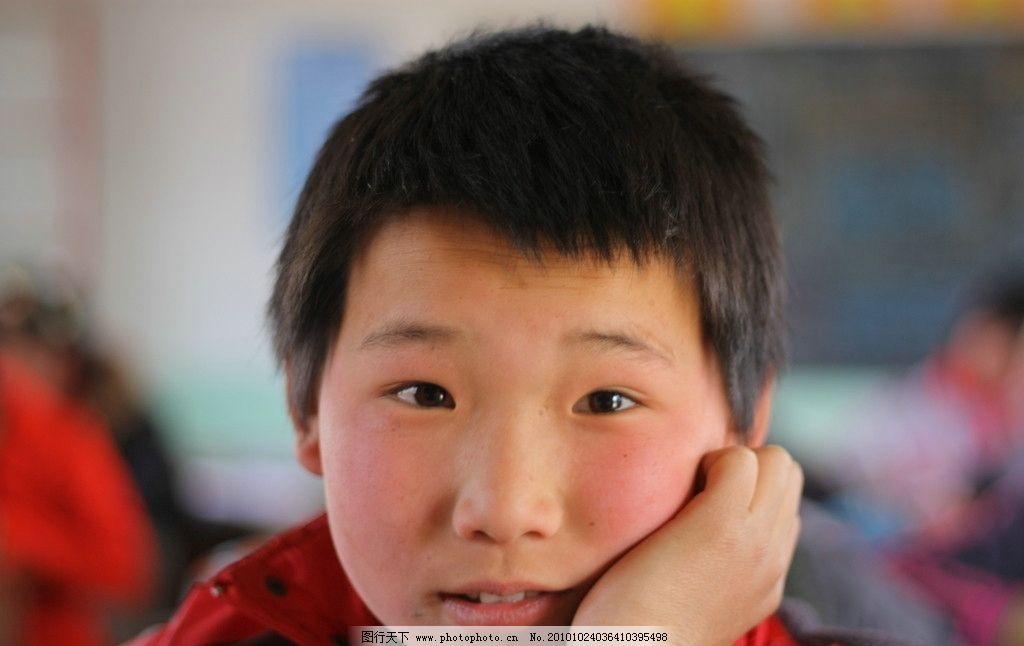 小学生 男生 思考 沉思 注视 课堂 教室 可爱的孩子 儿童幼儿 人物