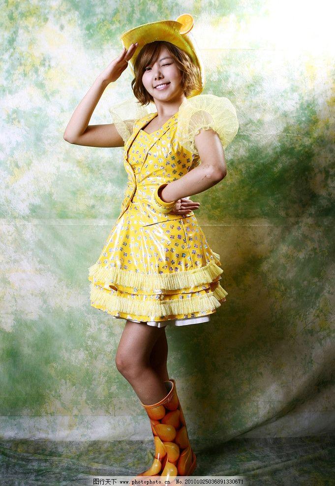 黄裙少女 娇俏可爱 褐色卷发 性感美腿 时尚女性 女性女人 人物图库