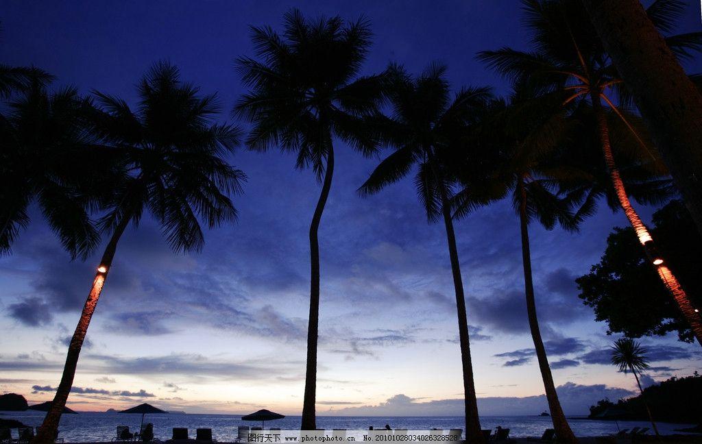 私人 度假村 日落 霞光映照 棕榈树 树林 海边 躺椅 遮阳伞 海面 轮船