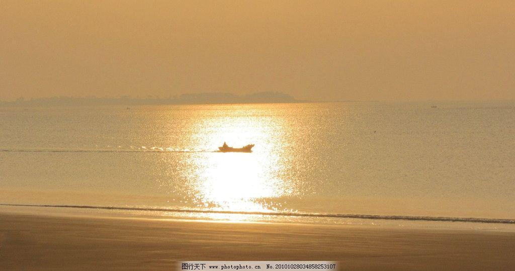 晨光 小船 大海 沙滩 阳光光影 小船在光影中 海浪 自然风景 自然景观