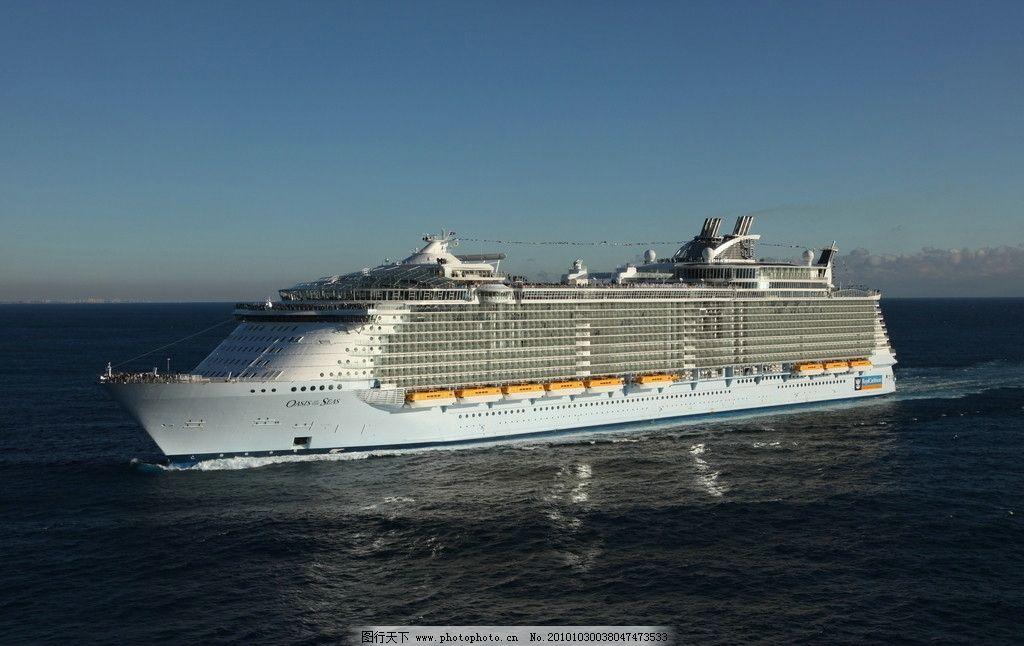 大海上航行的大型游轮