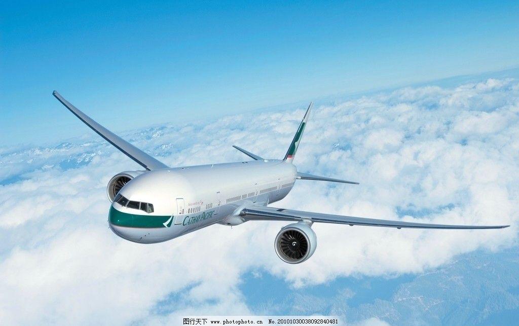 平稳飞行在云端的飞机