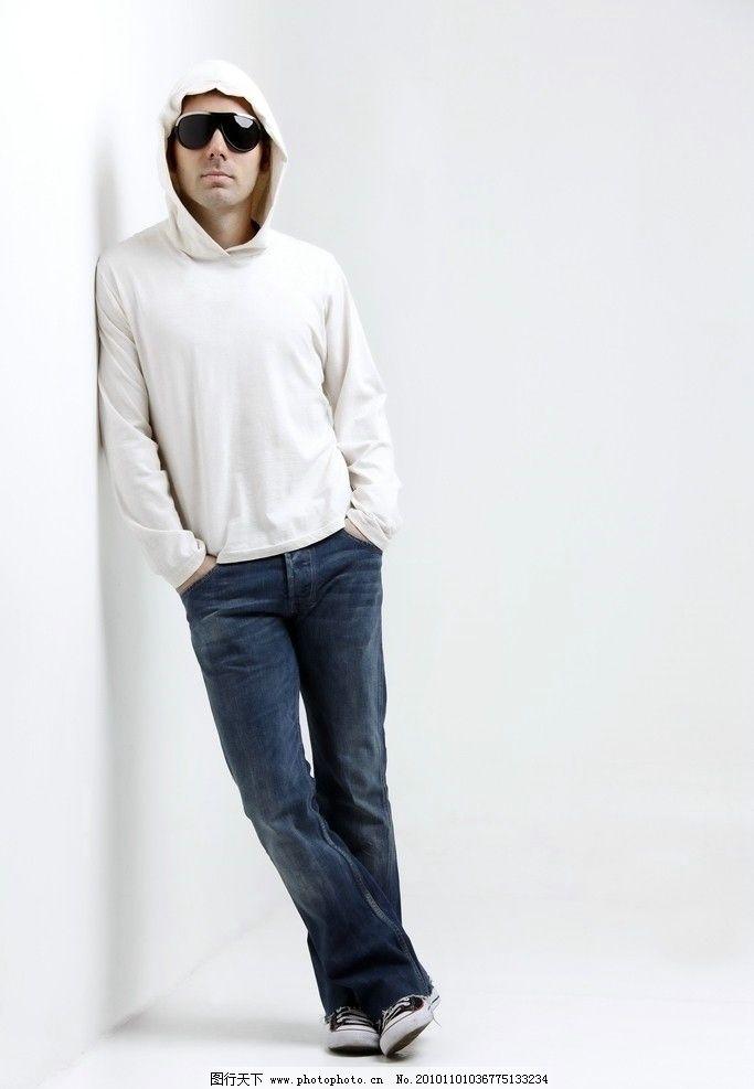 穿牛仔裤戴墨镜的帅哥图片