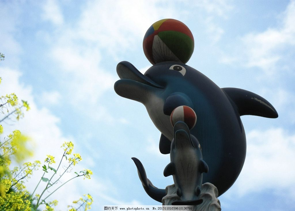 可爱海豚 蓝天 海豚 球形 嬉戏 雕塑 建筑园林 摄影 180dpi jpg
