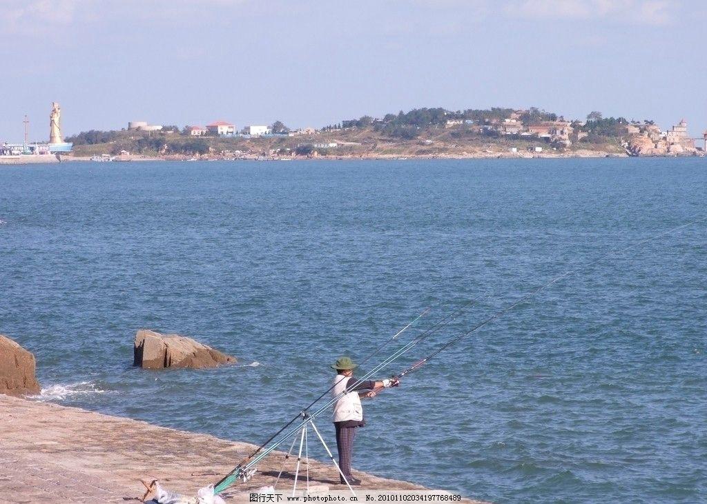 小麦岛远景 青岛 海滨 岛上建筑 绿树 近景钓鱼人 海水 礁石