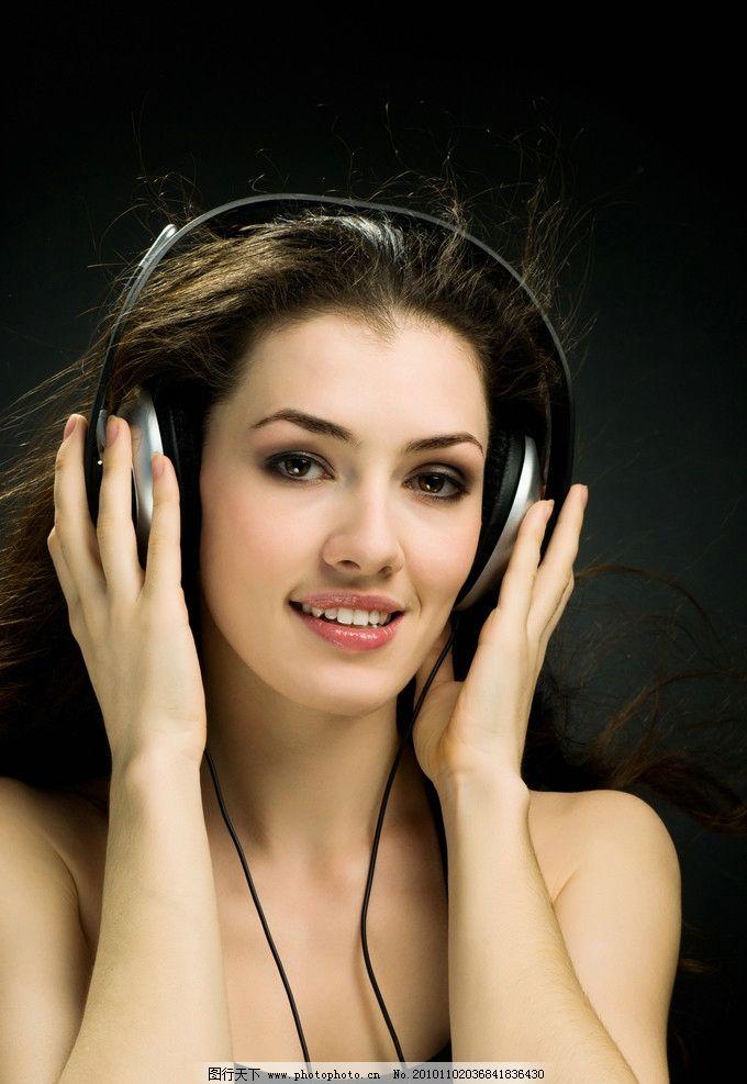听音乐的美女图片