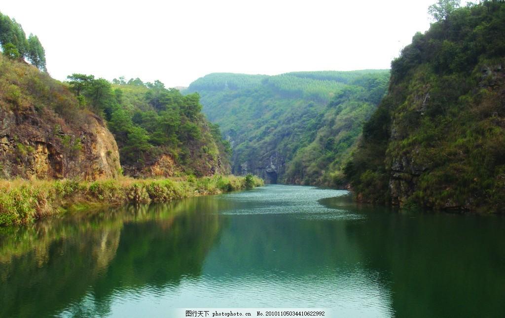 山水画 天空 树木 草地 小江 河 河边 清澈 绿水 摄影
