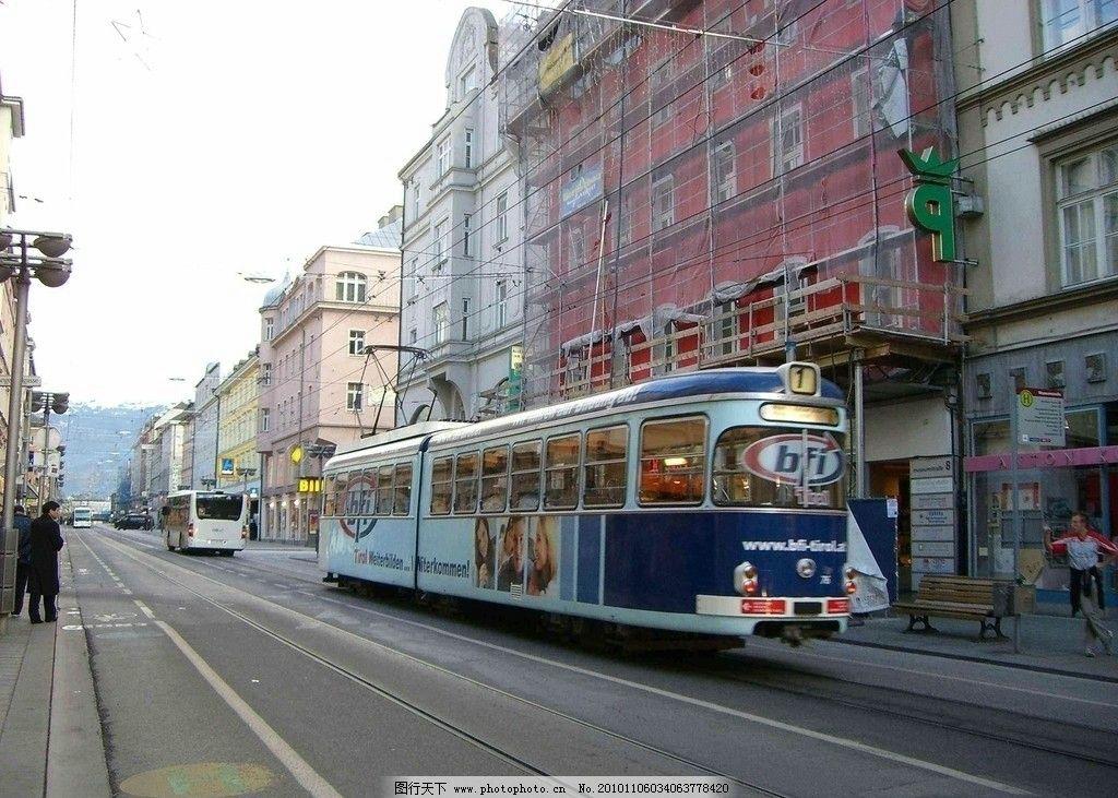 干净的道路 有轨电车 车辆 街面房屋 整齐排列 各种商店 招牌