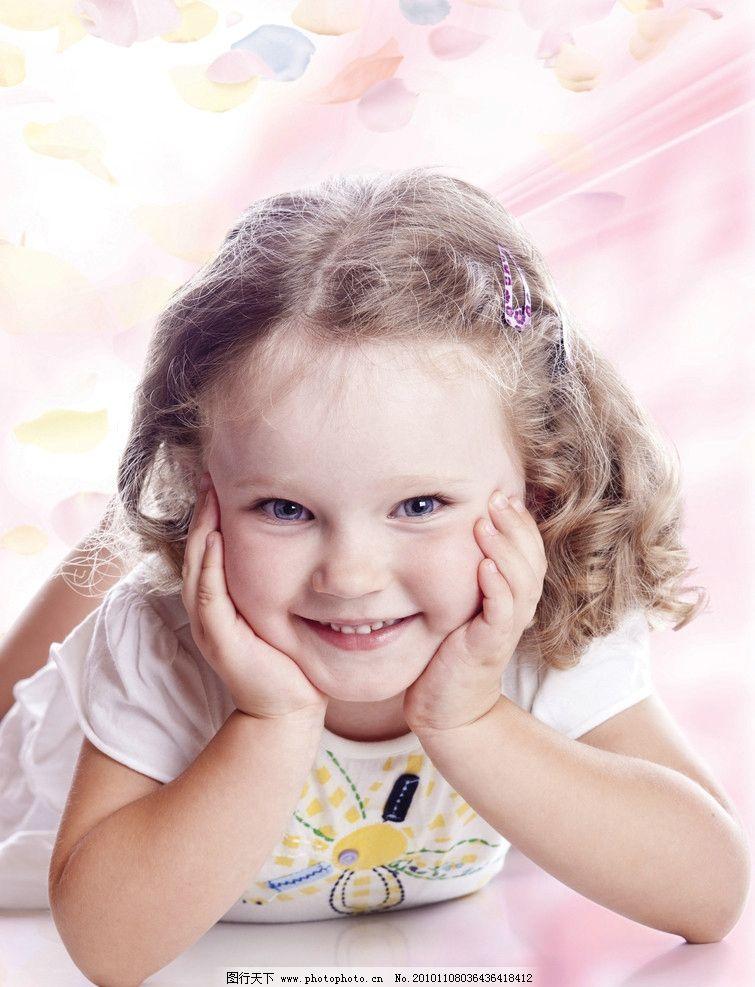 女孩 外国 粉色 花瓣 笑容图片_人物摄影_人物图库_图