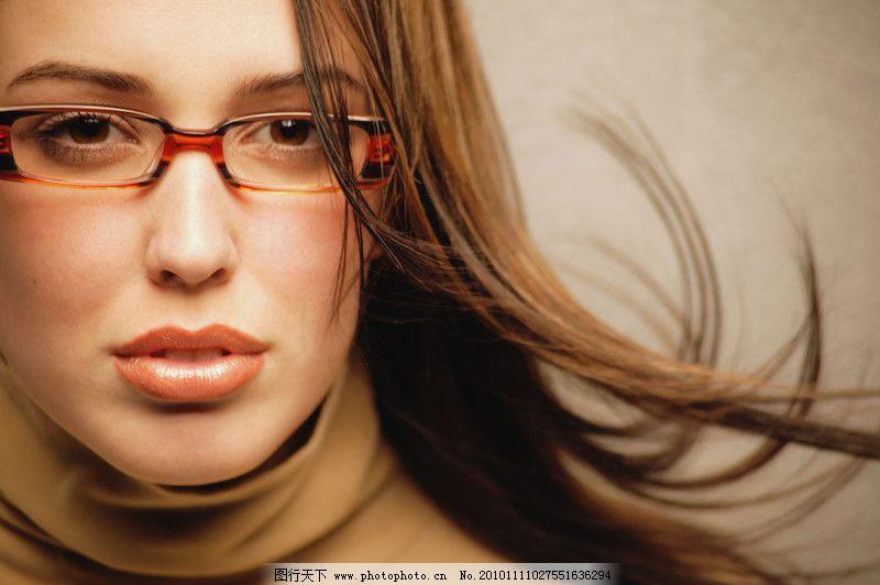 女性撑脸化妆手绘图