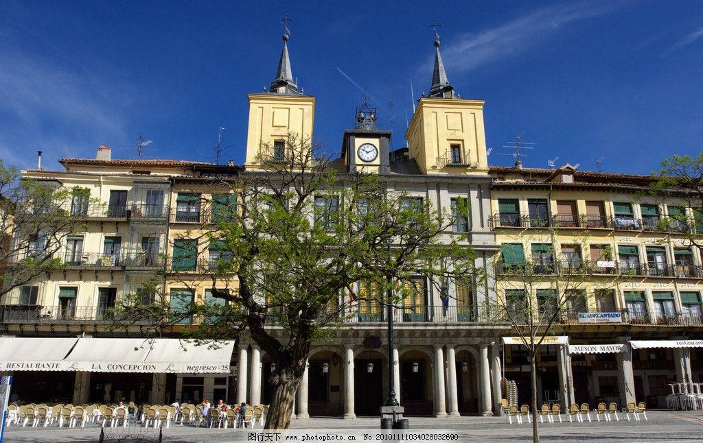 欧式建筑 欧式 建筑 房顶 尖顶 天空 树木 云层 人物 广场 电缆箱