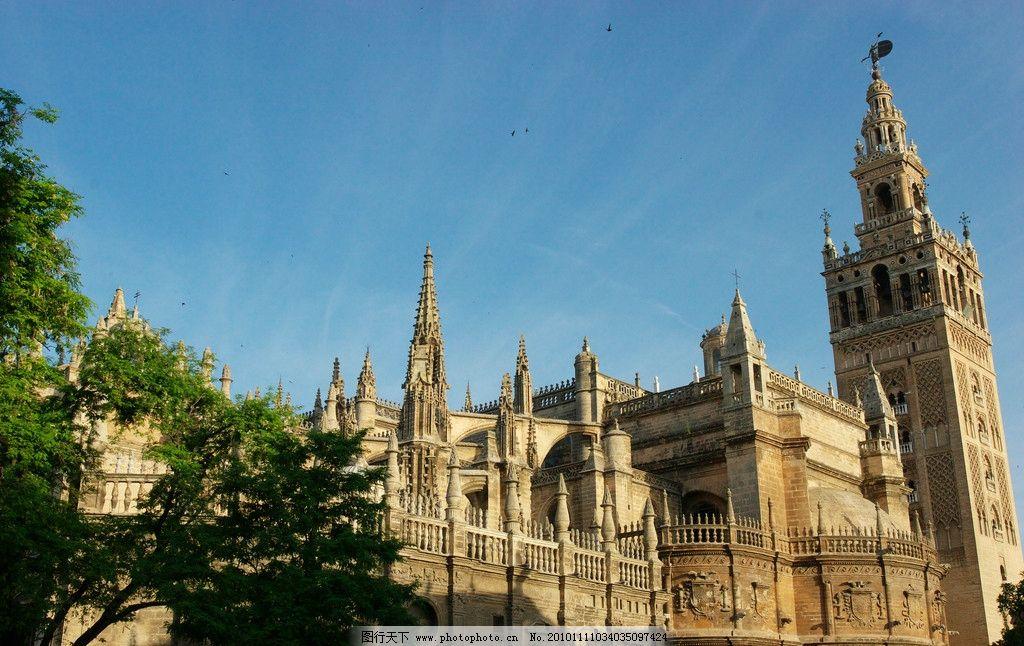 欧式建筑 房顶 尖顶 豪华 天台 树木 建筑群 浮雕 图案 风光摄影
