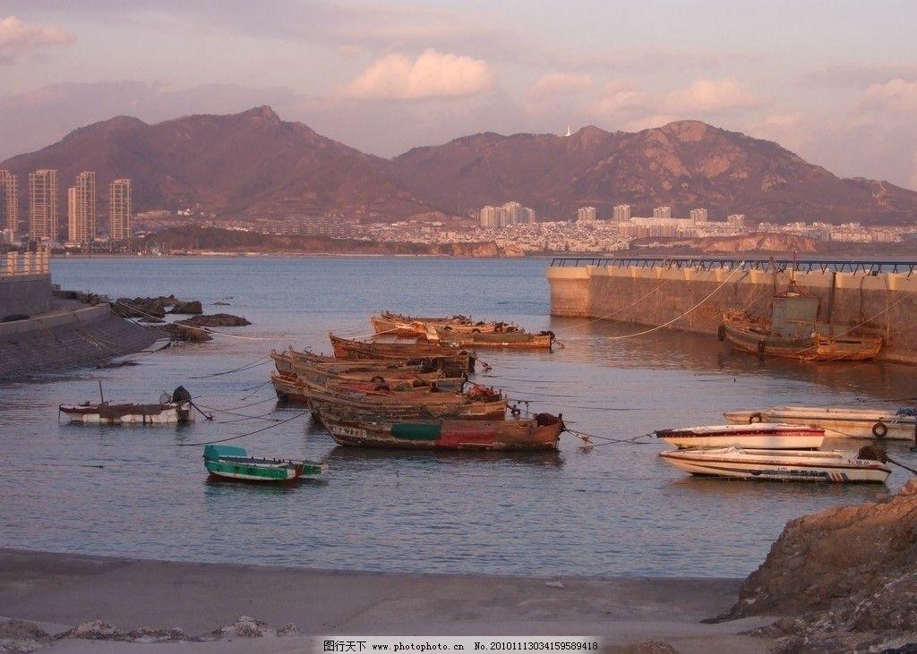 港湾停船 青岛 崂山 一港湾 停泊 舢舨 小船 挡浪坝 海岸 礁石 远山