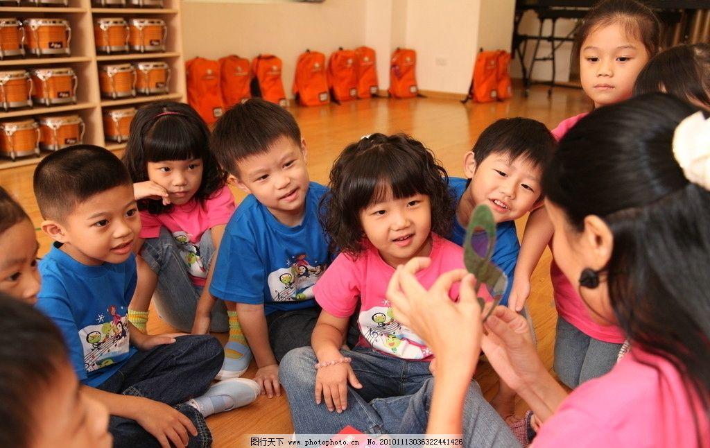 幼儿园小朋友正在听阿姨讲课图片