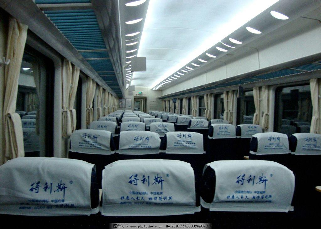 挂有多节车厢的火车