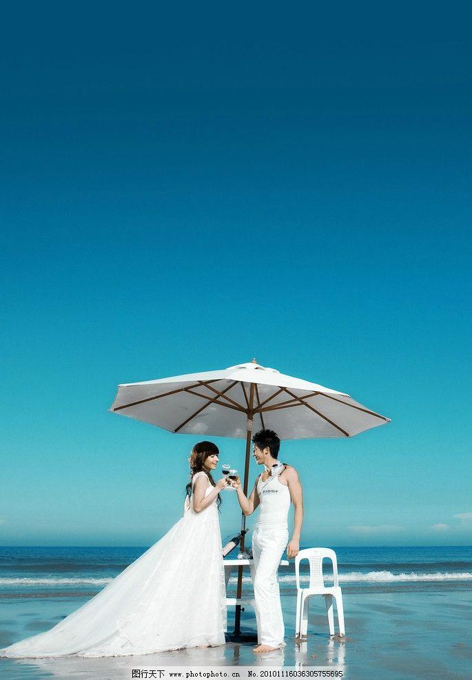 婚纱照 新娘 新郎 天空 海滩 海 伞 婚纱 椅子 桌子 人物摄影 人物