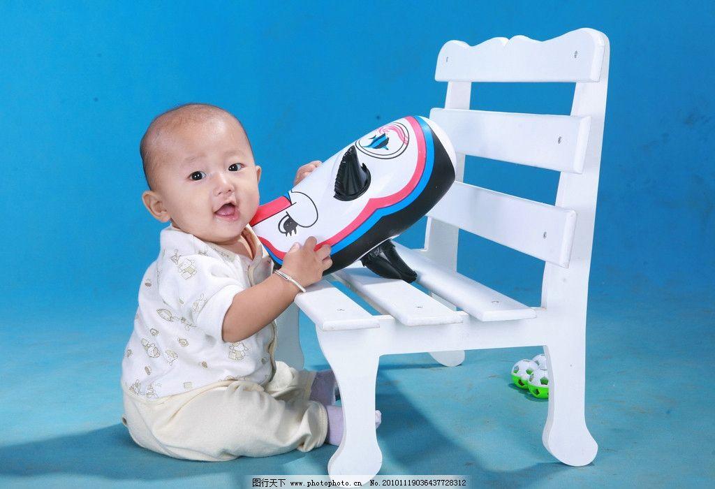 我家宝宝 宝宝 可爱 光头 男孩 椅子 蓝背景 服装 袜子 照片 玩具