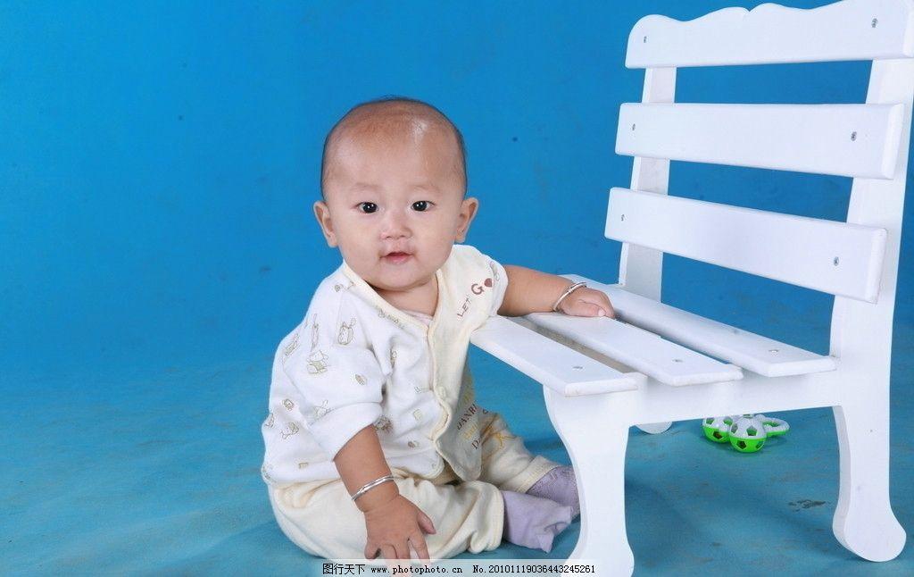 我家宝宝 可爱 光头 男孩 椅子 蓝背景 服装 照片 袜子 银手镯