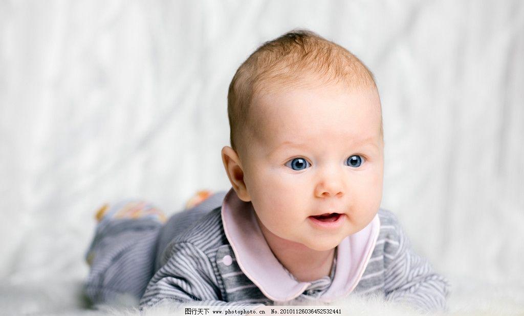 趴着的可爱宝宝婴儿图片