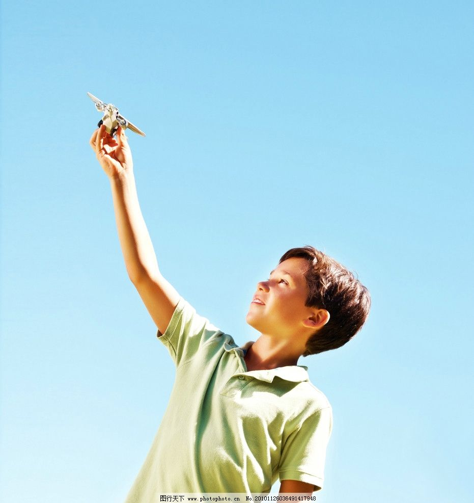 手拿玩具飞机的小男孩图片