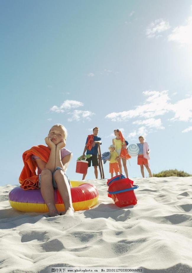 海边度假 海边 沙滩 海滩 游泳用品 小女孩 妈妈 爸爸 女儿 一家人