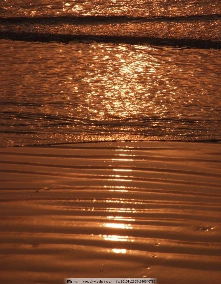 金色海边 自然景象 早晨 太阳光照下 金色沙滩 道道沙痕 太阳倒影