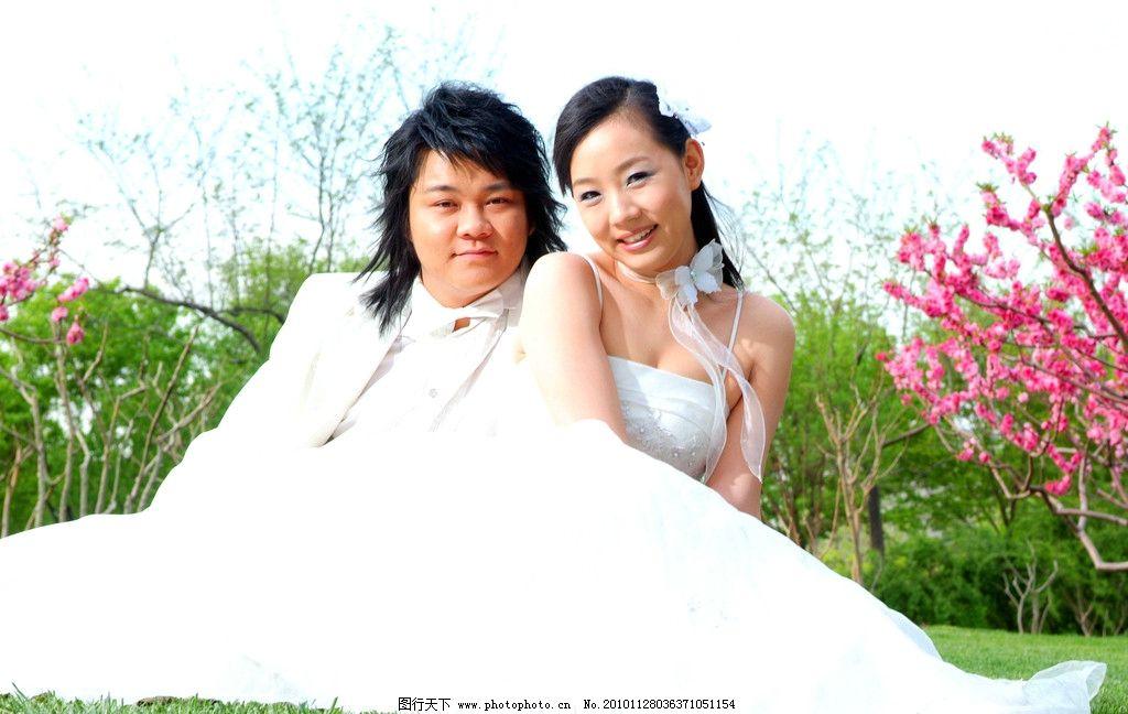 婚纱照 小草 婚纱 女人 礼服 绿树 桃花 帅哥 新郎 新娘 人物摄影