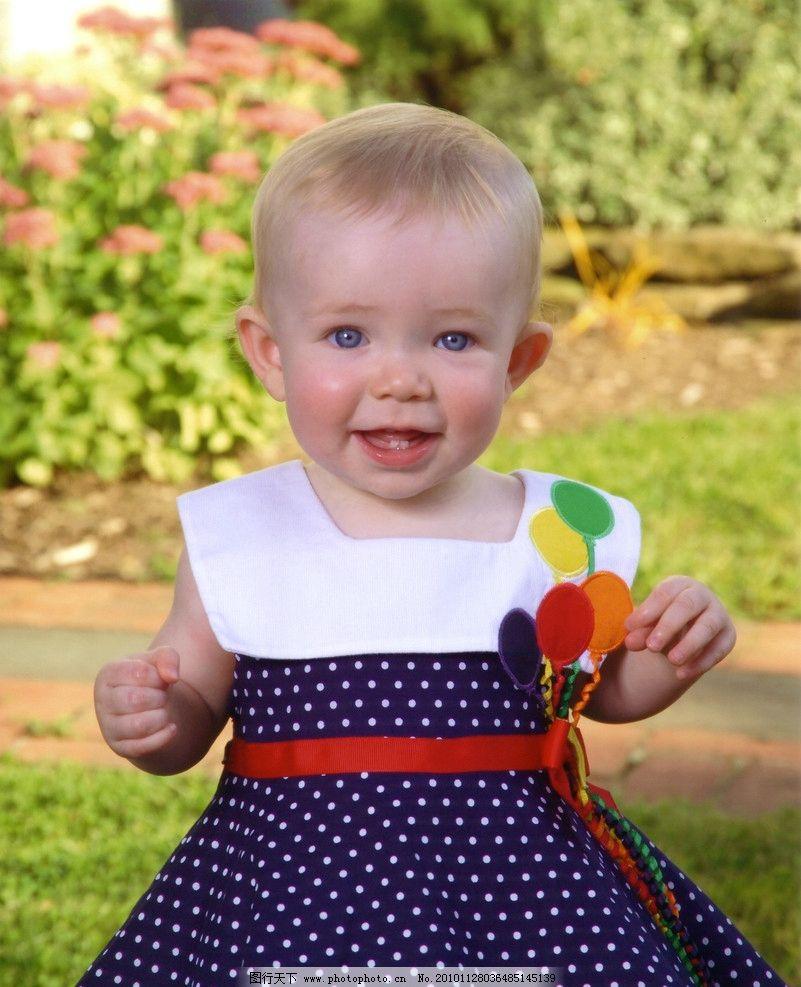 穿蓝色小裙子的小女孩 童年 可爱 服装 服饰 快乐 微笑 幼儿儿童少年集锦