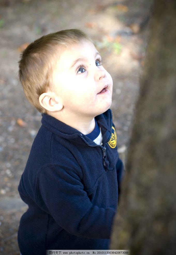 仰望的儿童      儿童 仰望 小男孩 天真 国外 儿童幼儿 人物图库