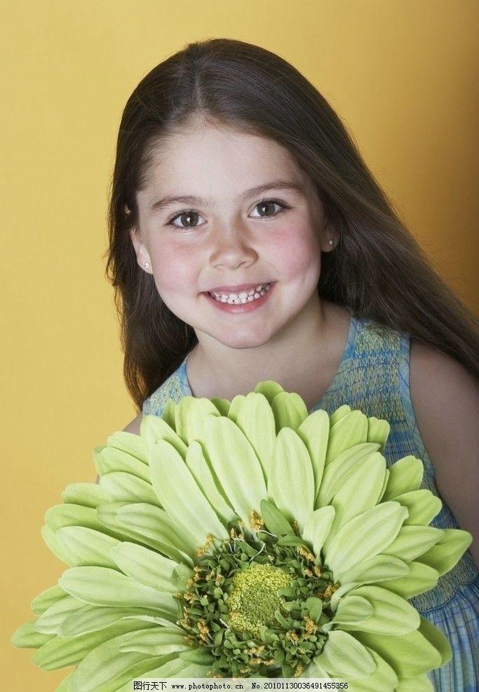 鲜花后的可爱小女孩图片