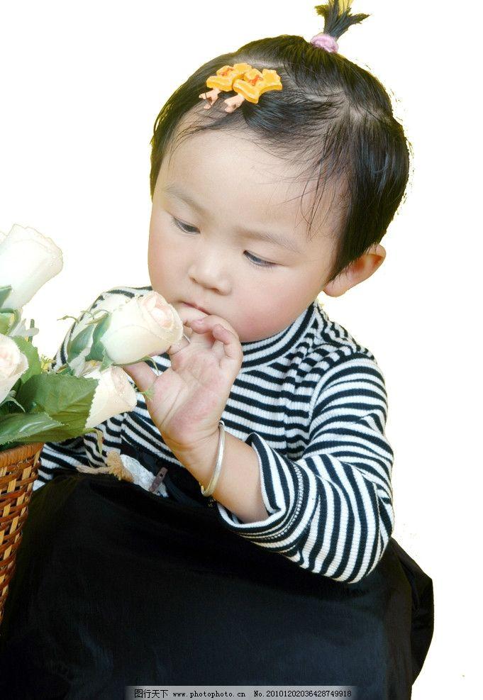 小朋友 女孩 花朵 发卡 入神 儿童 可爱精灵 儿童幼儿 人物图库 摄影