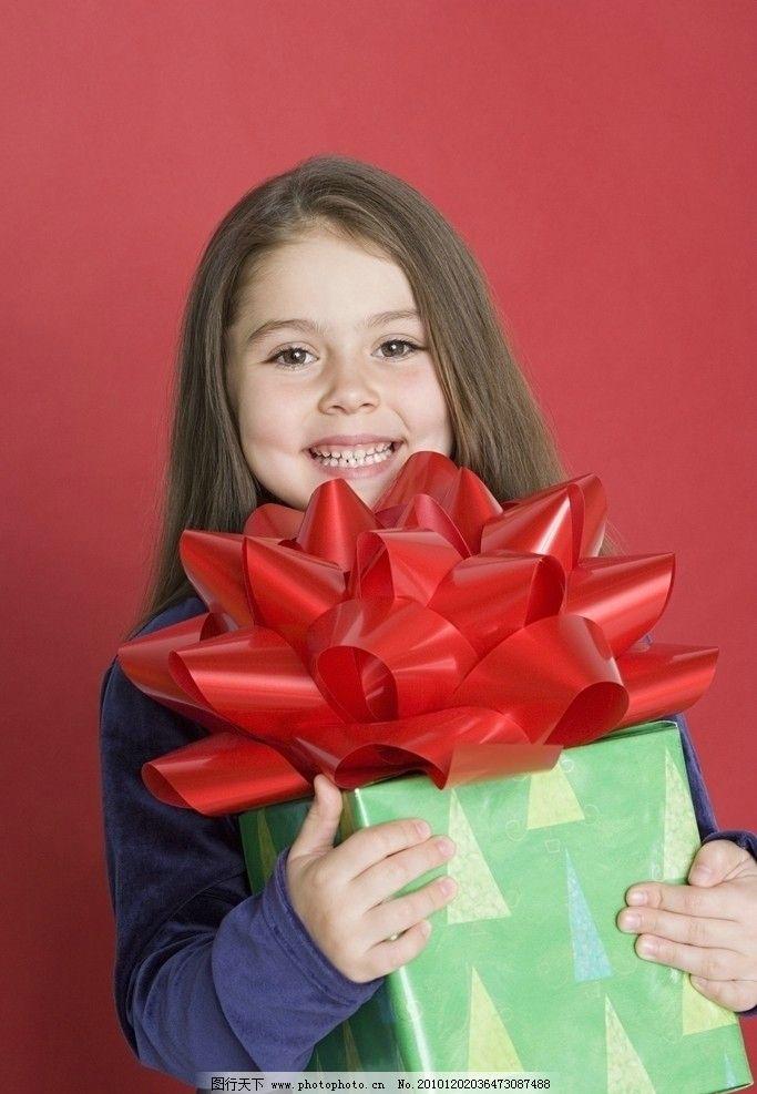 抱着礼品盒的微笑小女孩 可爱小女孩 甜蜜小女孩 漂亮小女孩 微笑
