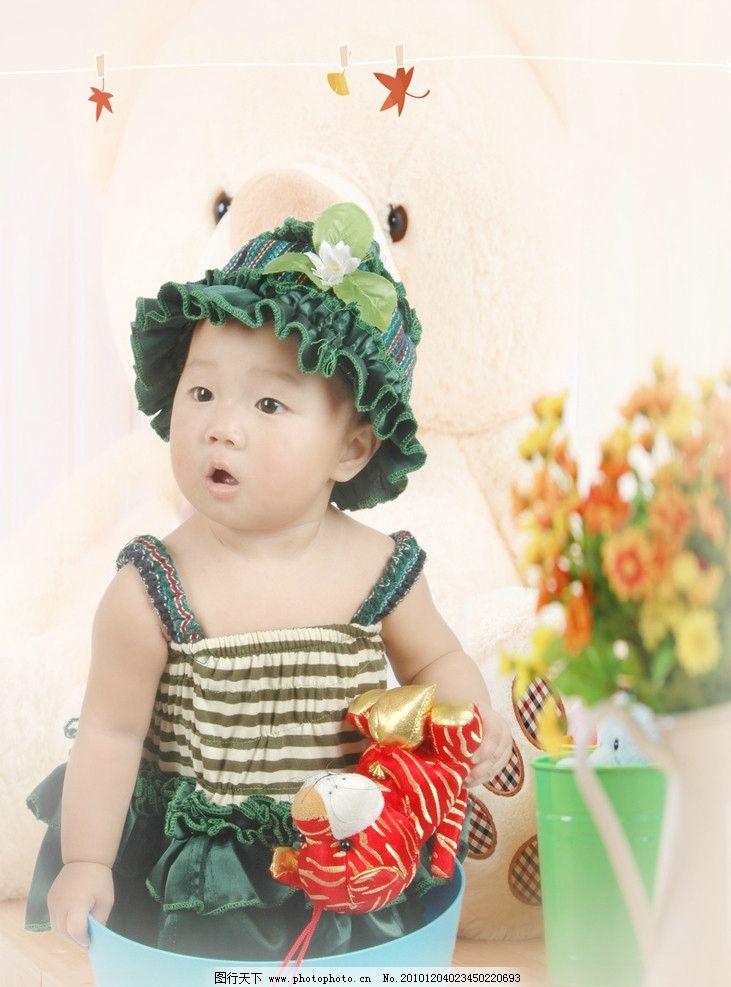 可爱宝宝 儿童 宝宝 花 花瓶 树叶 背景 桶 小老虎 人物写真 人物图库