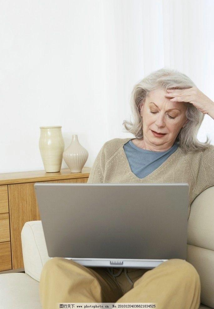 电脑工作的老年人图片