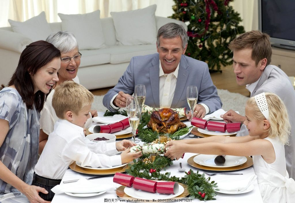 家庭客厅吃饭图片