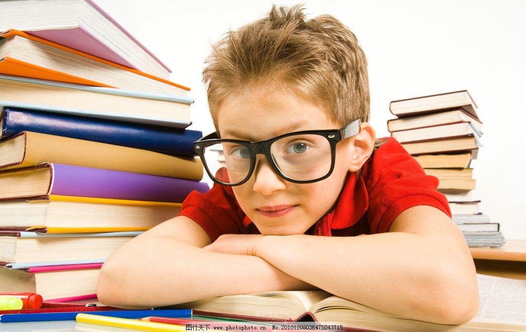 近视眼小学生 近视眼镜 课本 书籍 小学生 儿童 孩子 可爱 小男孩 小