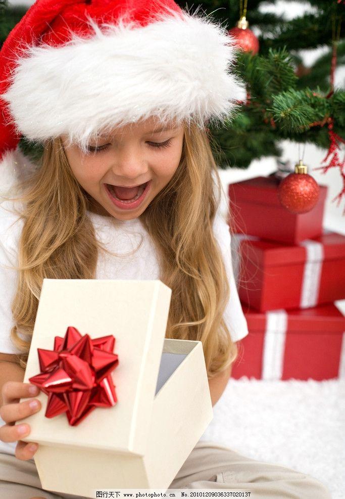 圣诞打开礼盒惊讶高兴的漂亮小女孩 圣诞 礼盒 漂亮小女孩 可爱小